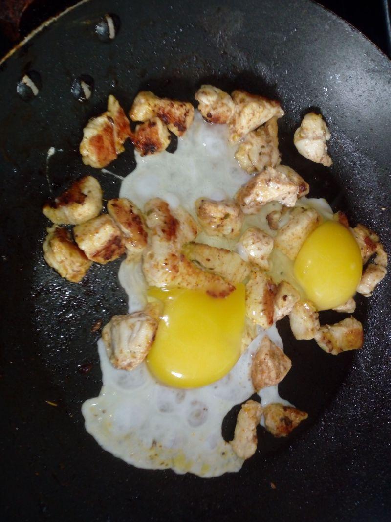 Jajecznica na kurczaku