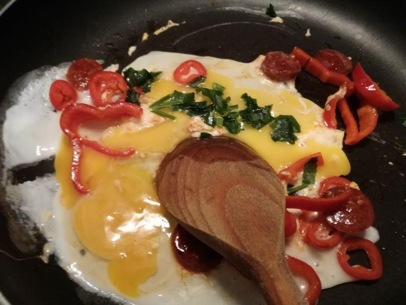 Jajecznica z chorizo i papryką