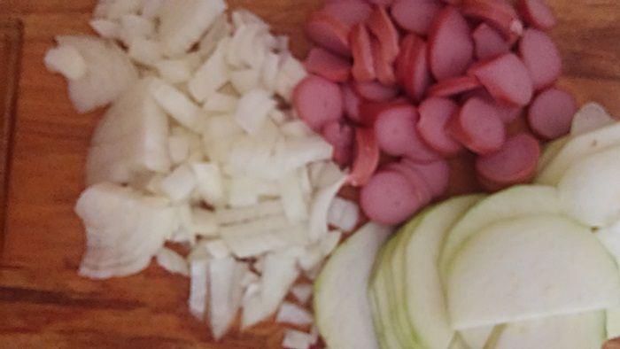 Jajecznica z cukinią, cebulą, parówką i serem.