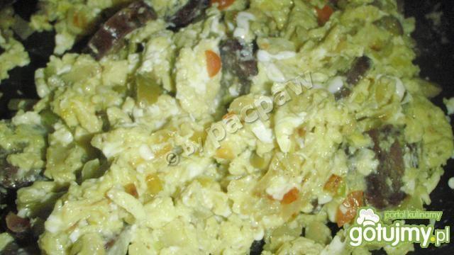 Jajecznica z oliwkami i suchą kiełbasą