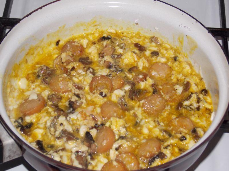 Jajecznica z parówką i pieczarkami