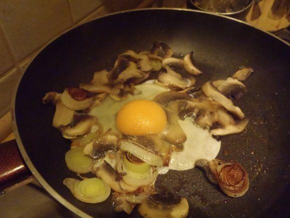 Jajecznica z pieczarkami i porem
