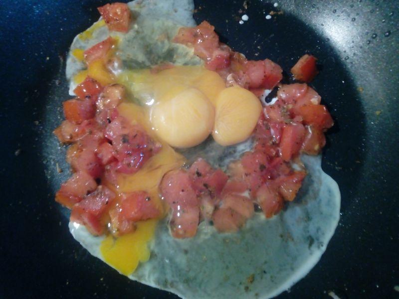 Jajecznica z pomidorem i grzanką