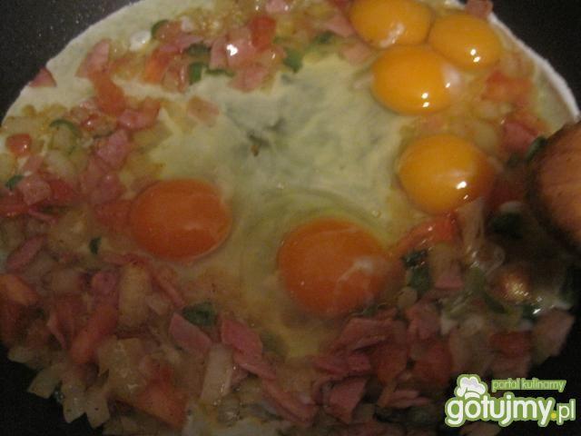 Jajecznica z pomidorem i papryczką