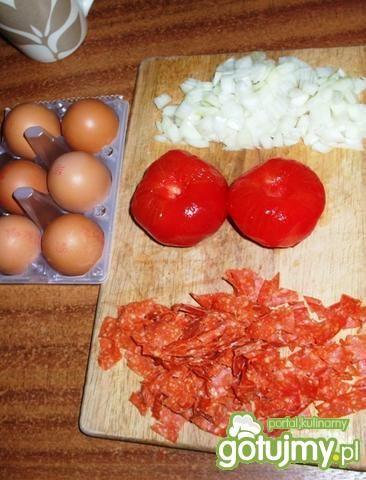 Jajecznica z salami i z warzywami