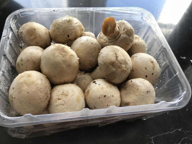 Jajecznica z serem, szynką i szczypiorkiem