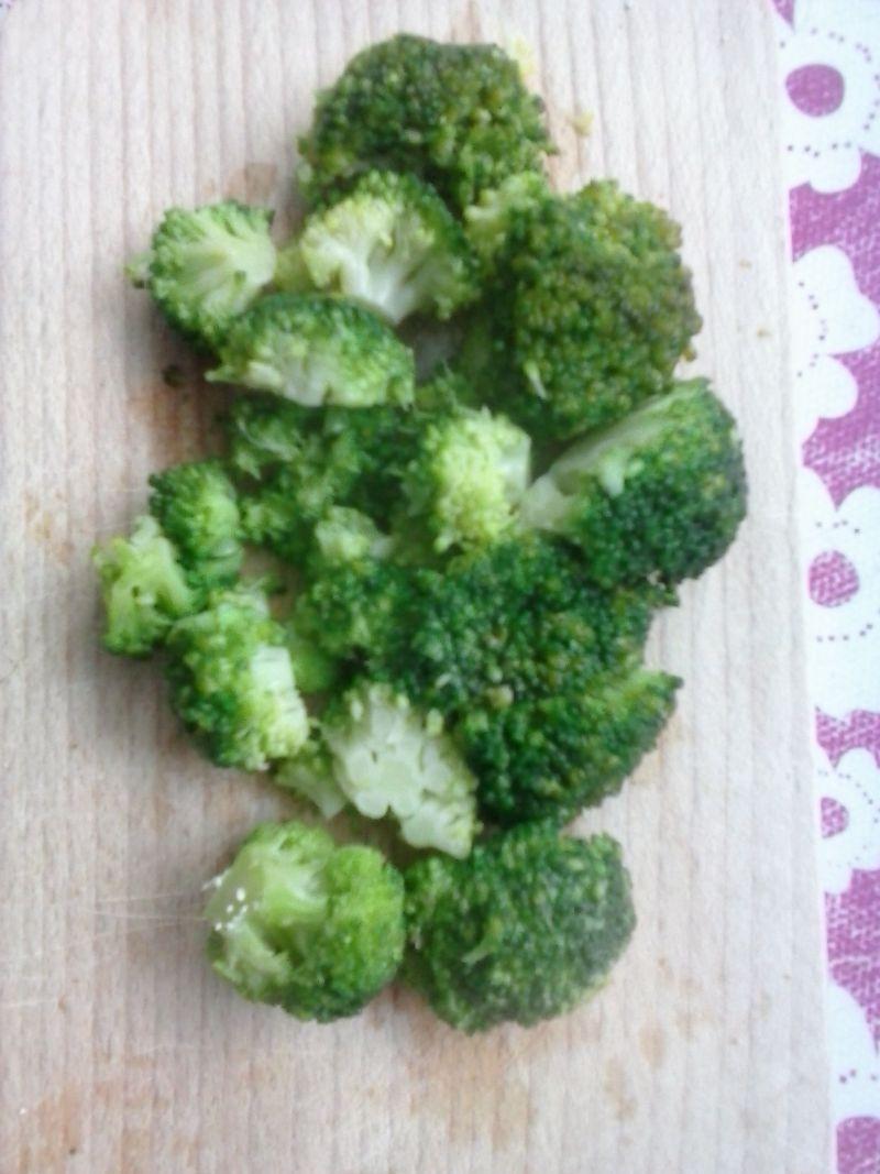 Jajecznica z warzywami i gotowanym brokułem
