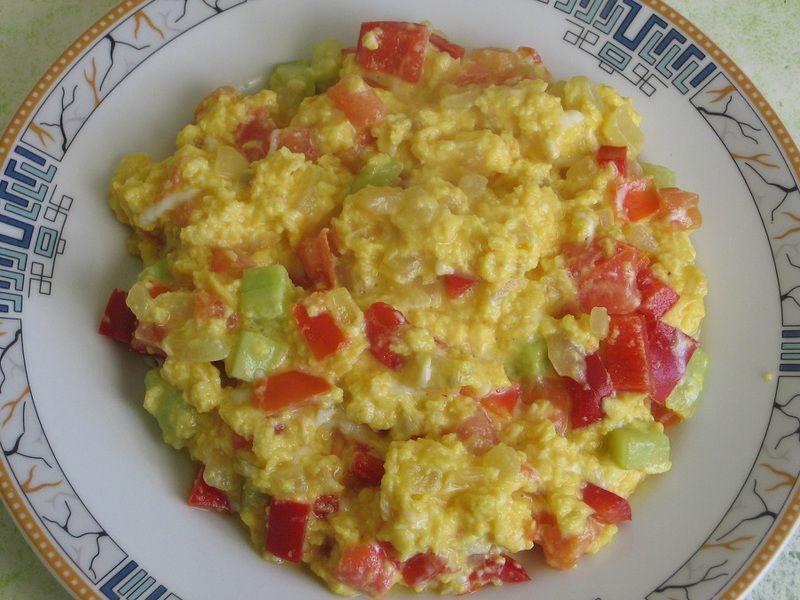 Jajecznica z warzywami i natką pietruszki