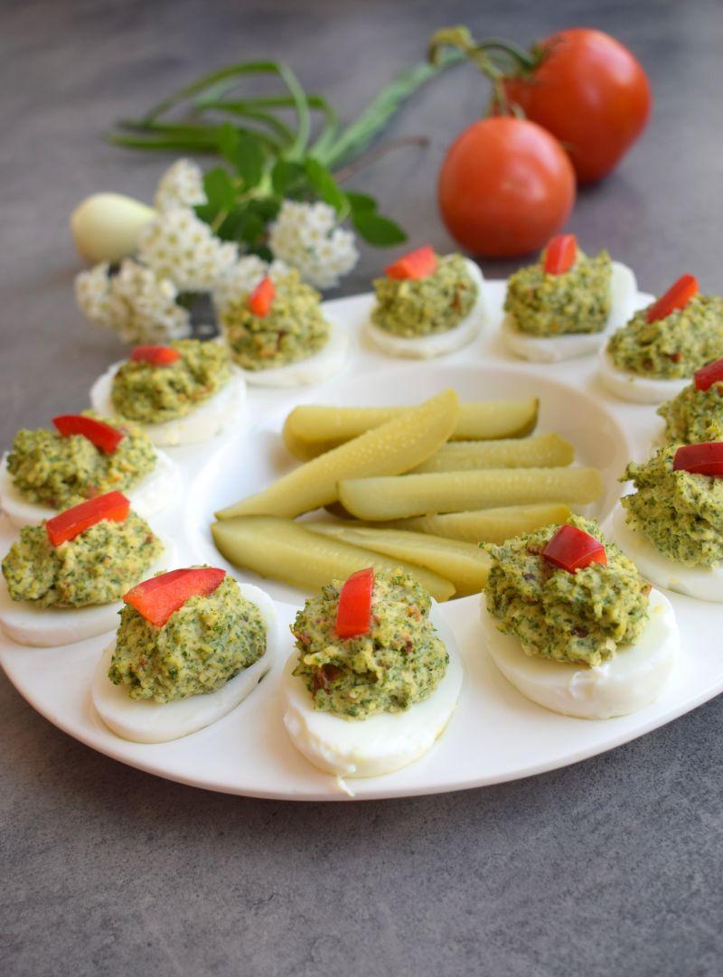 Jajka faszerowane jarmużem i suszonymi pomidorami