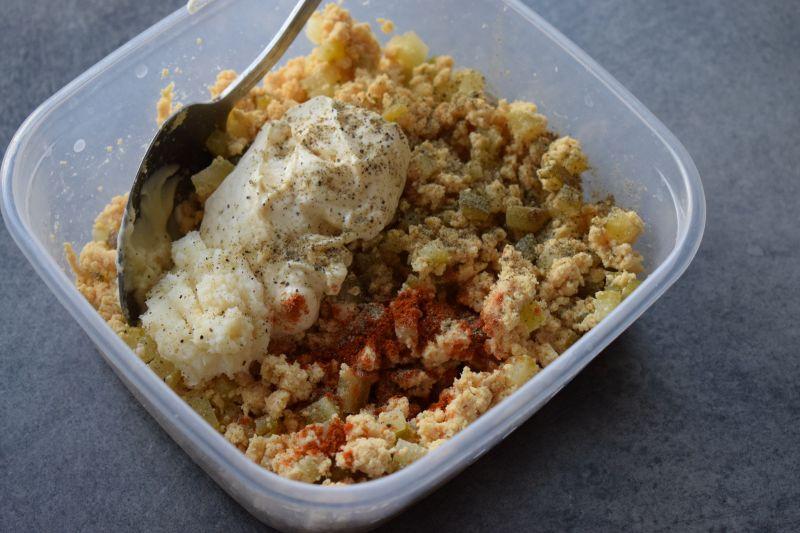 Jajka faszerowane wędzoną makrelą i ogórkiem