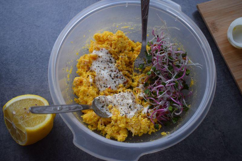 Jajka faszerowane wędzonym łososiem i kiełkami