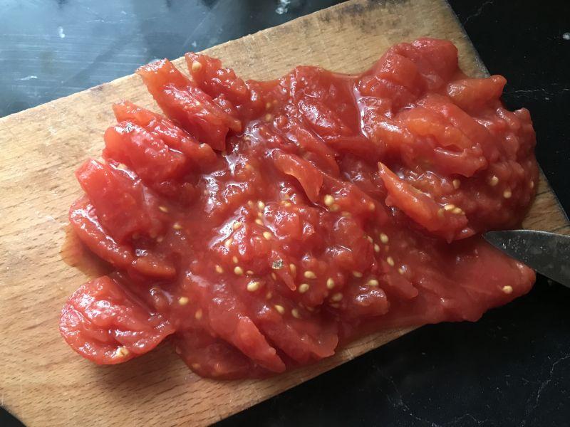 Jajka na pomidorach z kabanosem