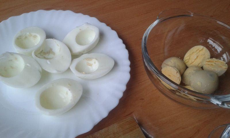 Jajka nadziewane pastą z jajek , sera i szynki