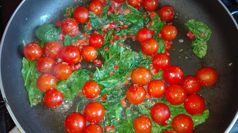 Jajka po śródziemnomorsku na szpinaku i pomidorach