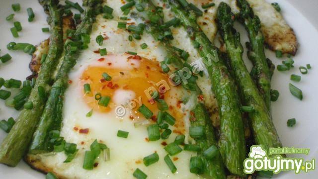 Jajka usadzone na szparagach