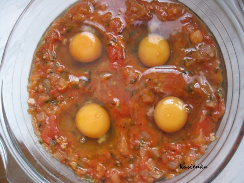 Jajka w pomidorach na szpinaku