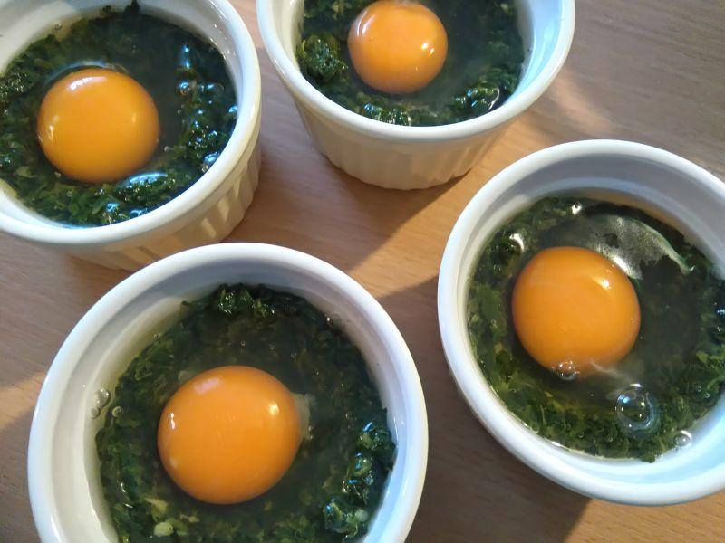Jajka zapiekane w szpinaku