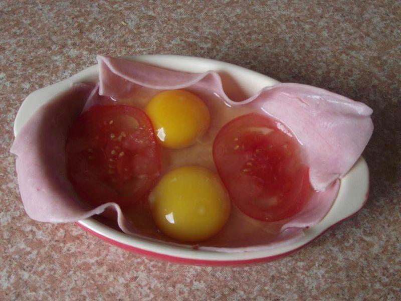 Jajka zapiekane w szynce z pomidorem
