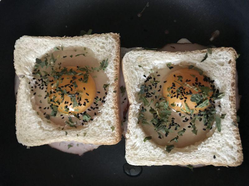 Jajko sadzone w toście z szynką i serem
