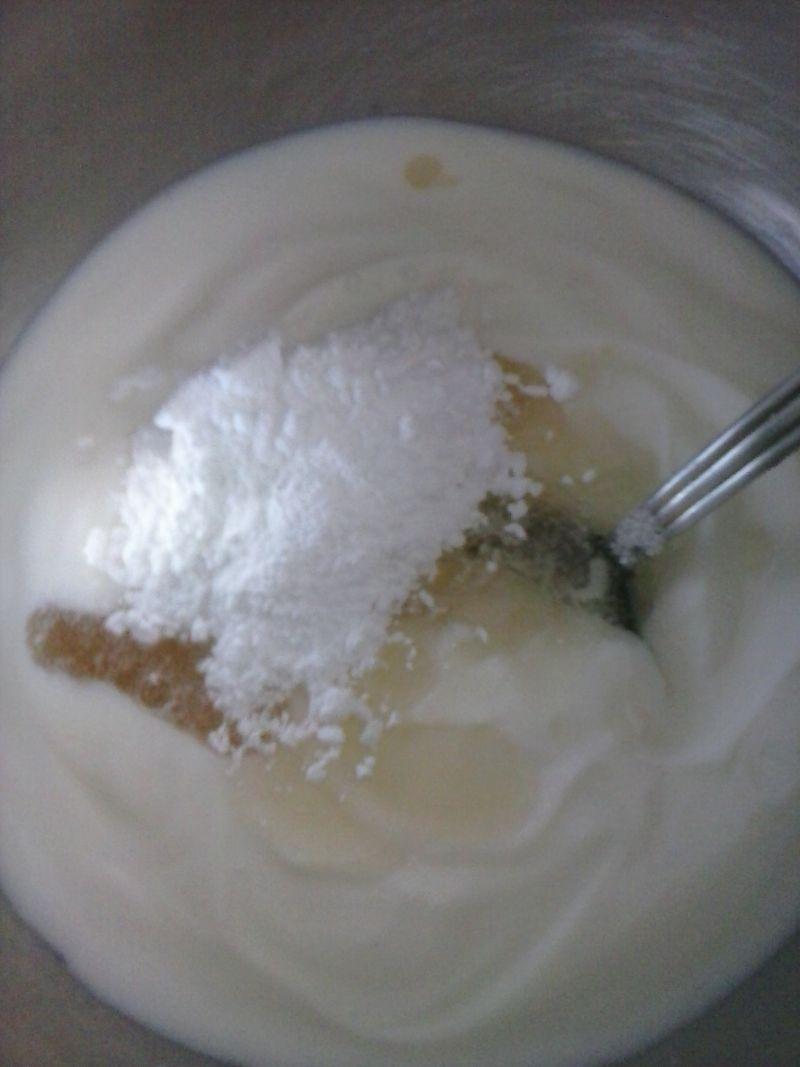 Jogurtowiec na biszkoptach z bananem