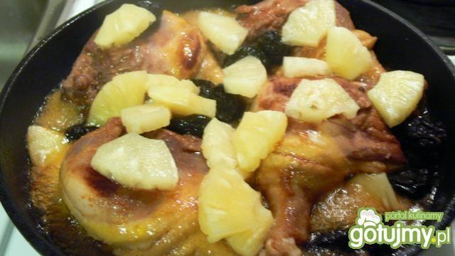 Kacze udka z ananasem i suszoną śliwką