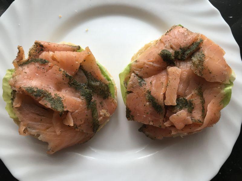 Kajzerka z łososiem, fetą, sałatą i szczypiorkiem