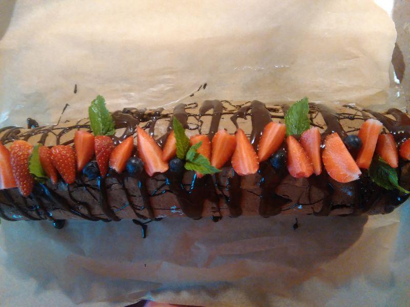 Kakaowa rolada z bitą śmietaną i truskawkami