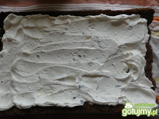Kakaowa rolada z masą śmietanową