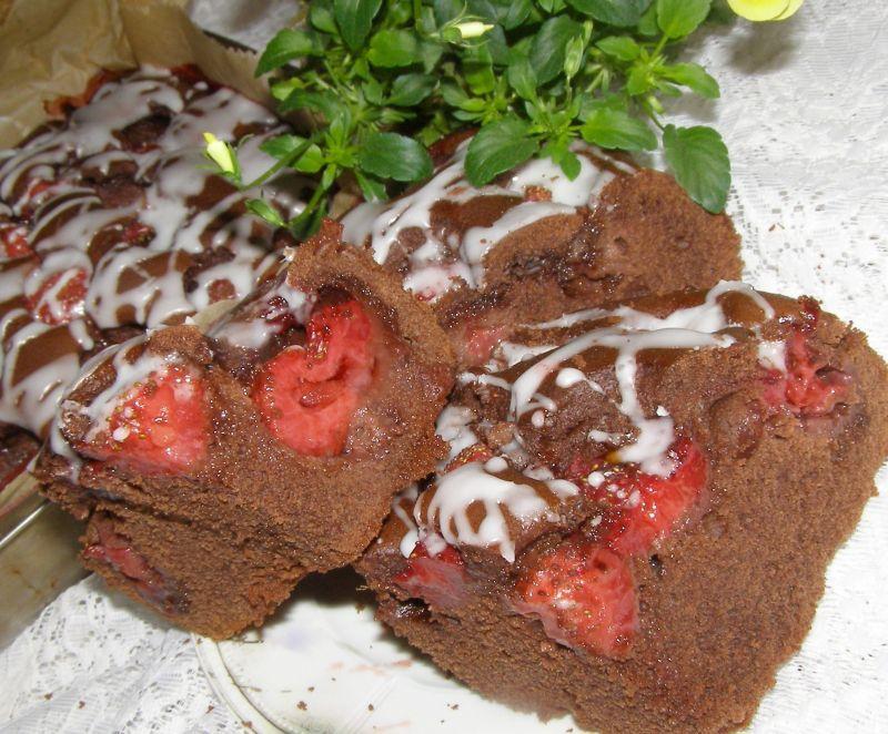 Kakaowe ciasto z truskawkami, szybkie i łatwe