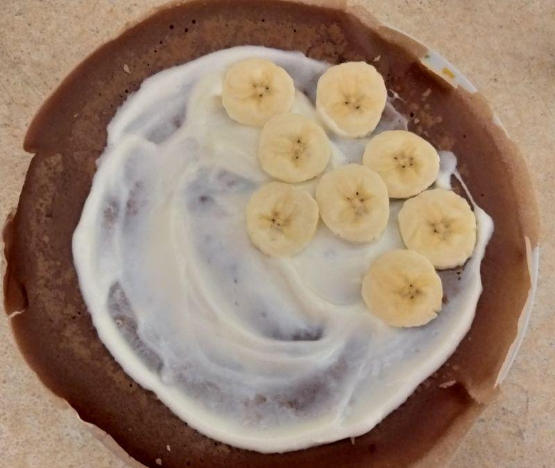 Kakaowe naleśniki z bananem i bitą śmietaną