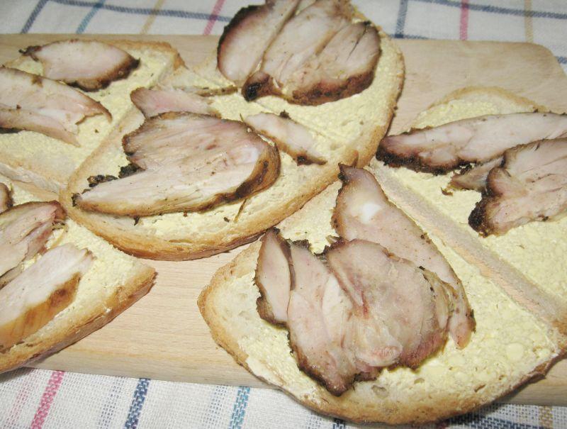 Kanapka z grillowanym udkiem kurczaka i sosem