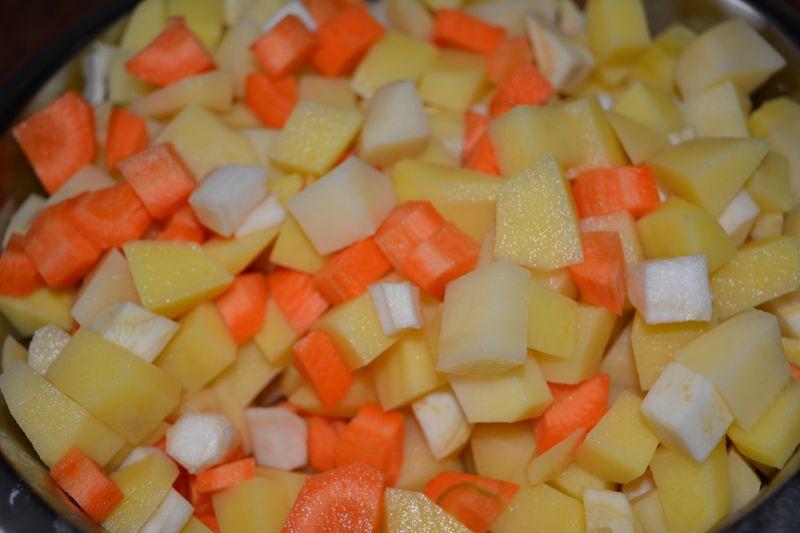 Kapuśniak na żeberkach z warzywami i kiełbasą