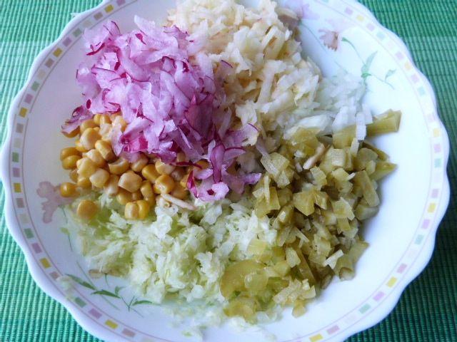 Kapusta biała z rzodkiewką i kukurydzą