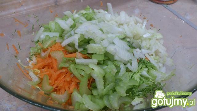 Kapusta z marchewką i selerem naciowym
