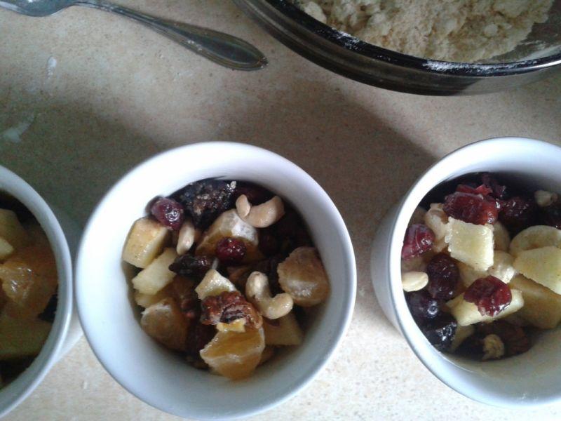 Kardamonowe crumble z owocami i orzechami