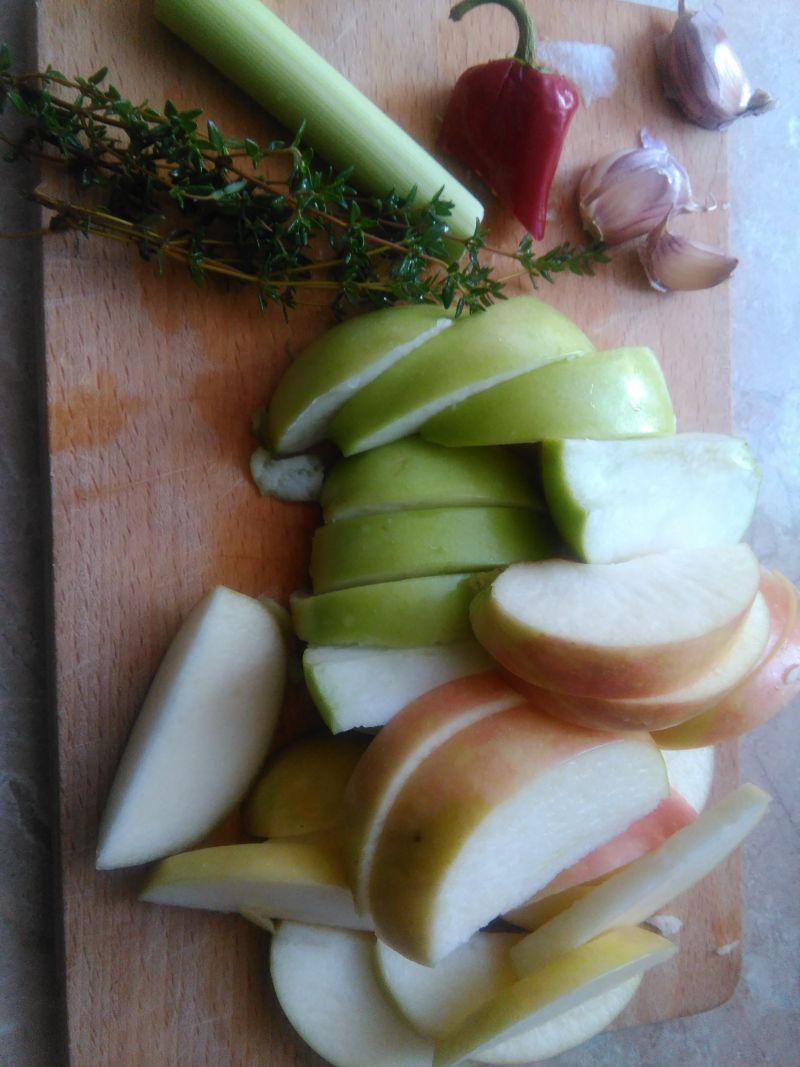 Karkówka duszona w cydrze z jabłkami