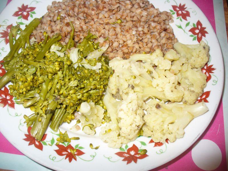 Kaszą gryczana  z kalafiorem i brokułem