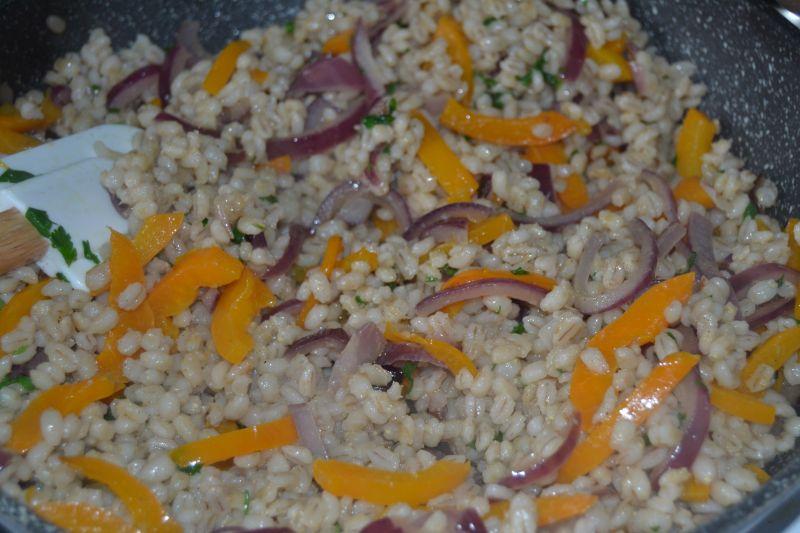 Kasza pęczak z serem feta oraz papryką i cebulą