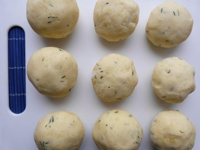 Kluski ziemniaczane z koperkiem i pieczarkami
