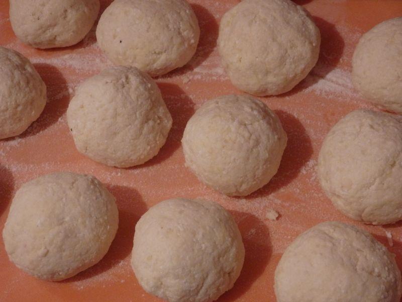 Knedle ziemniaczano-serowe z truskawkami