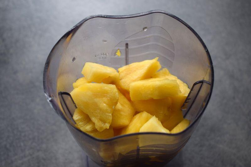 Koktajl ananasowy z natką pietruszki i chia