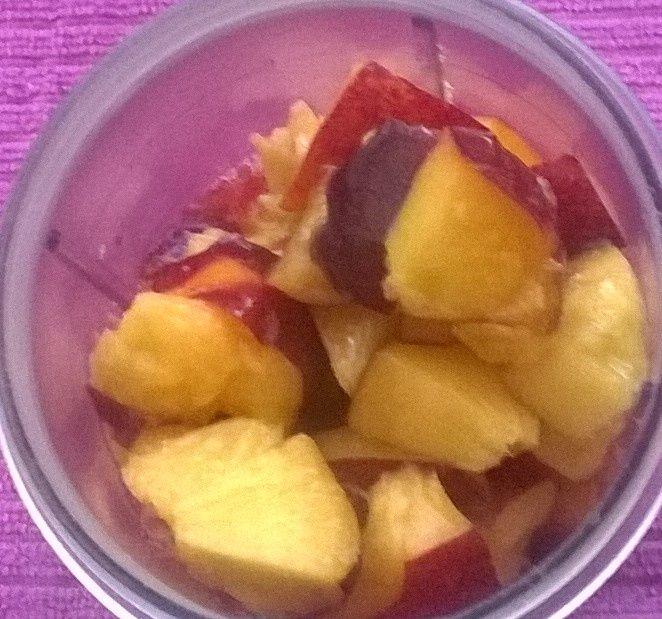 Koktajl jogurtowy z truskawkami i brzoskwiniami