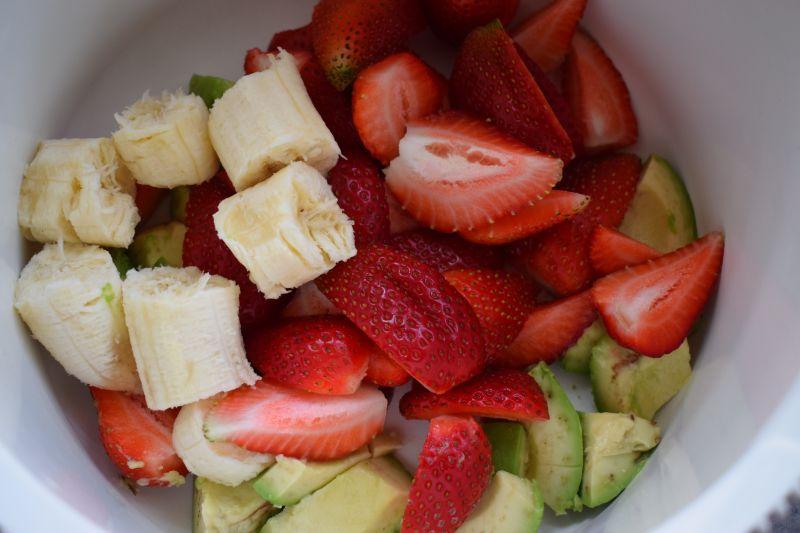 Koktajl maślankowy z truskawek, awokado i banana