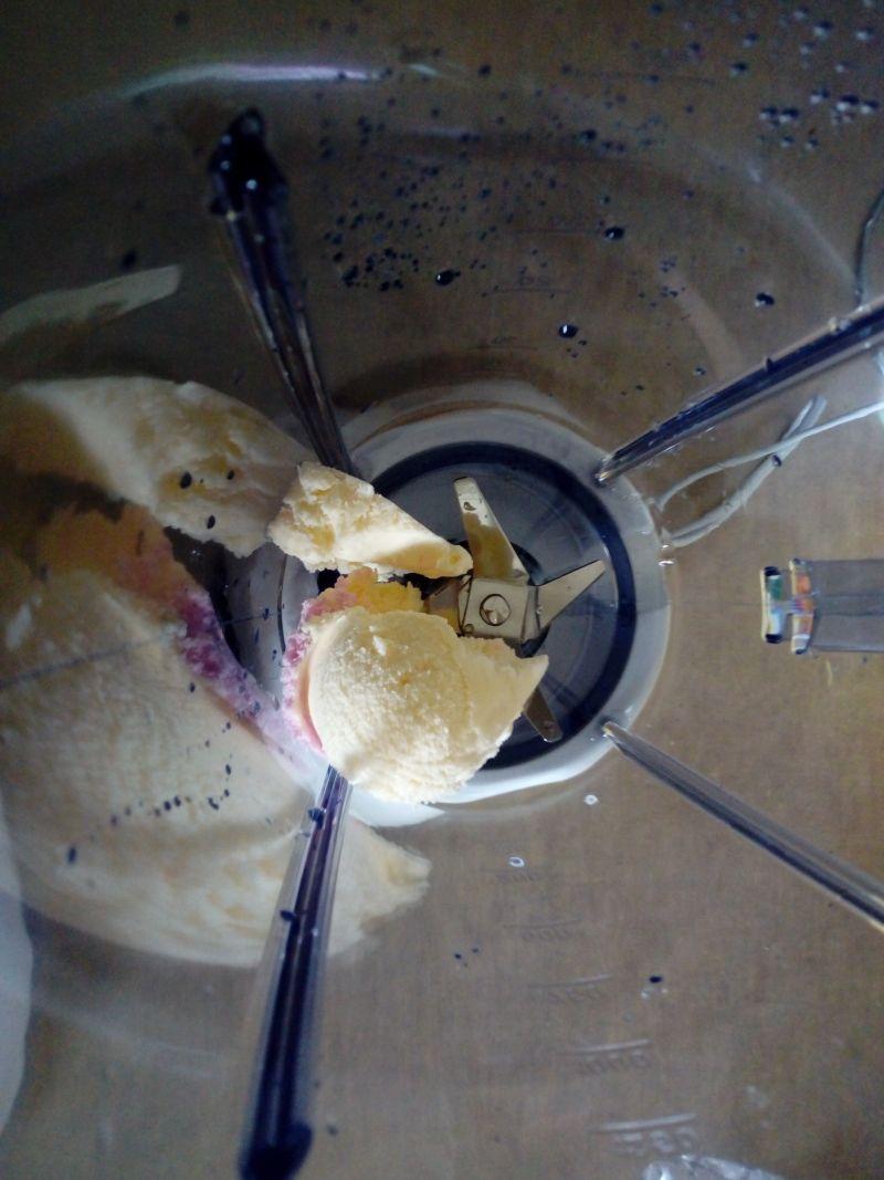Koktajl truskawkowo - waniliowy na lodach