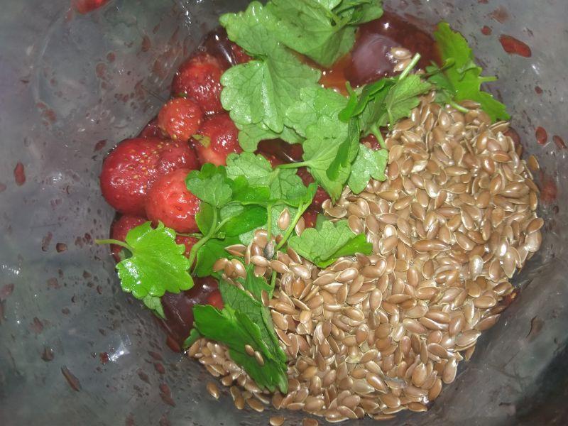 Koktajl truskawkowy z kurdybankiem i siemieniem.