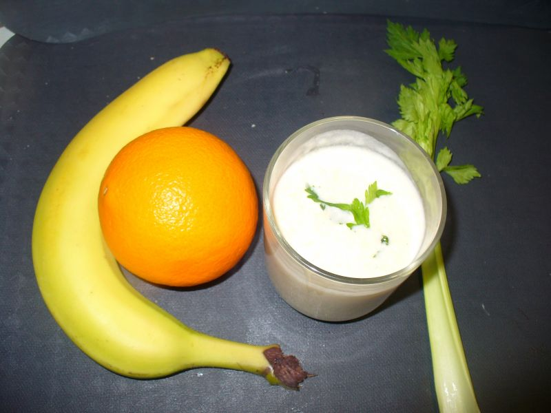 Koktajl z pomarańczą,selerem naciowym oraz bananem