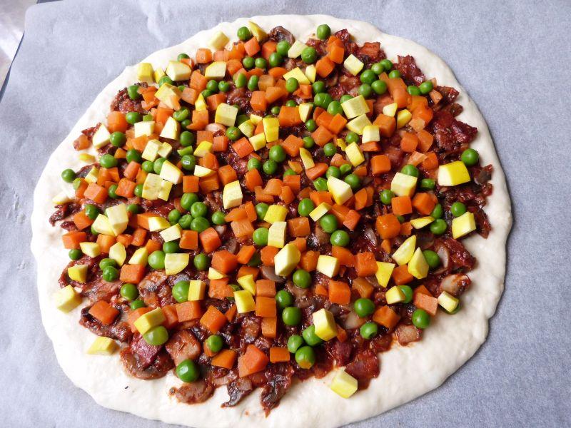 Kolorowa pizza z groszkiem
