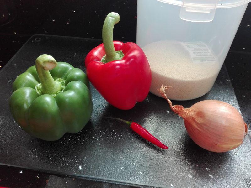 Kolorowa sałatka obiadowa kuskus z kurczakiem