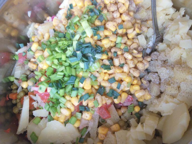 Kolorowa sałatka z jarzynami i rzodkiewką
