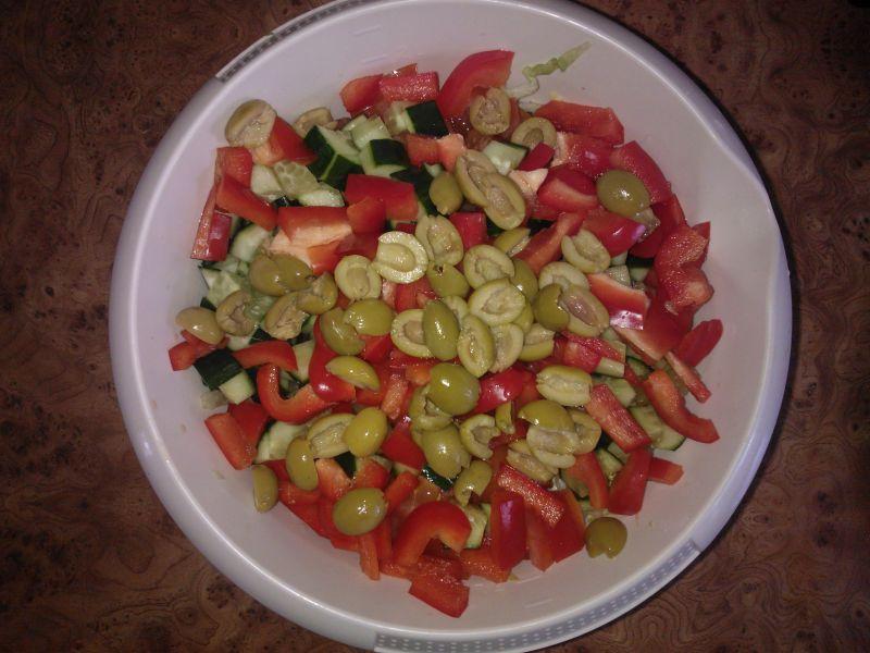 Kolorowa sałatka z sałaty lodowej